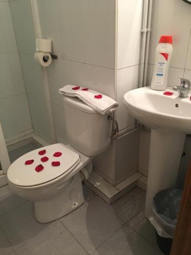 A bathroom at Hostal Elkano