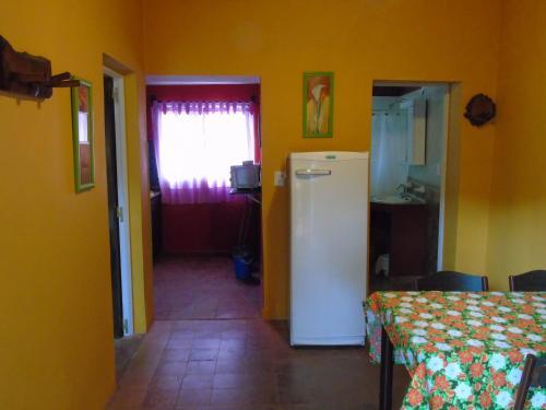 Una cocina o kitchenette en Apart-Cabañas De La Plaza