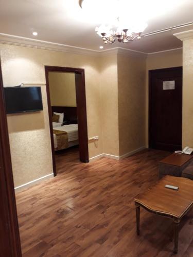 Uma TV ou centro de entretenimento em نايس لاند للأجنحة الفندقية