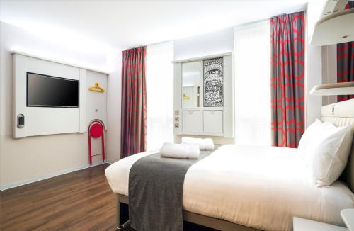 Un ou plusieurs lits dans un hébergement de l'établissement Point A Hotel London Shoreditch