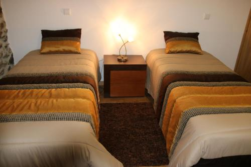 A bed or beds in a room at Casa da Manjedoura