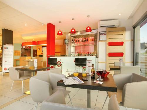 The lounge or bar area at Ibis Brive Centre