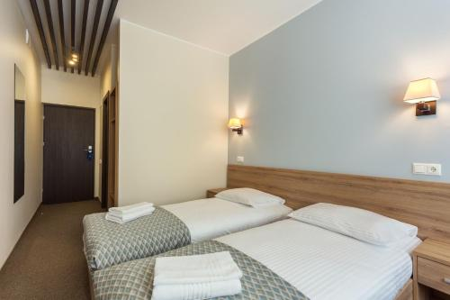 A bed or beds in a room at Old Town Trio