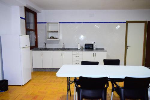 Una cocina o zona de cocina en Albergue Mirás