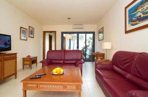 Een zitgedeelte bij Sun Grove Villas & Spa