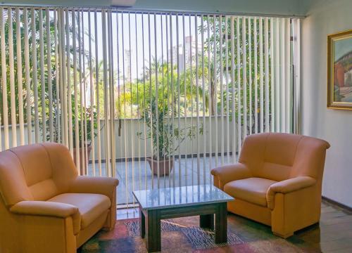A seating area at Harbor Inn Jaraguá