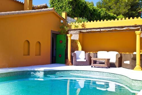 Poolen vid eller i närheten av Family hotel Al- Ana Marbella and Golf Villa
