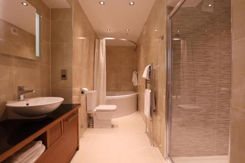 A bathroom at Golden Lion Hotel