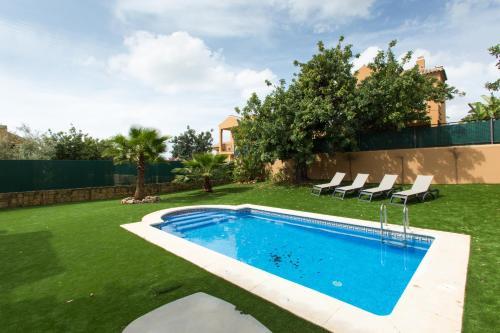 Poolen vid eller i närheten av Villas Altos De Marbella