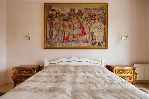 A bed or beds in a room at Villa Korda Hotel