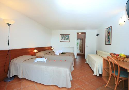A bed or beds in a room at Hotel Marina 2