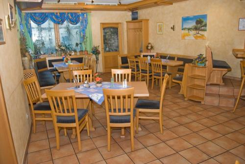 Ein Restaurant oder anderes Speiselokal in der Unterkunft Gasthaus & Pension Hörning