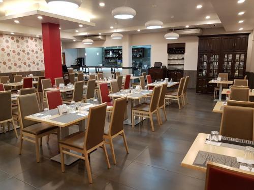 Un restaurante o sitio para comer en Hotel Alcala