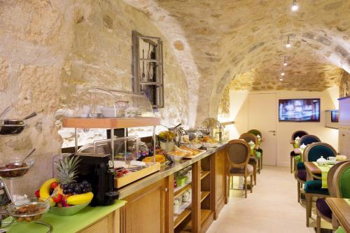 Um restaurante ou outro lugar para comer em Le Relais Saint Honoré