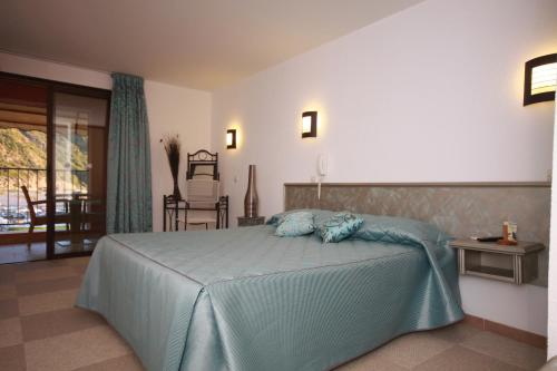 A bed or beds in a room at La Calypso