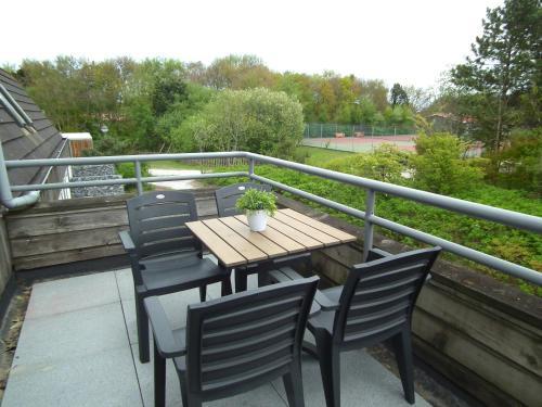 Ein Balkon oder eine Terrasse in der Unterkunft Hollumerduinen