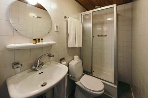 Een badkamer bij Hotel Raecks