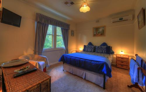 A bed or beds in a room at Hillview Oak B&B