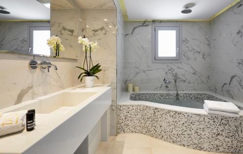 A bathroom at De Sol Hotel & Spa