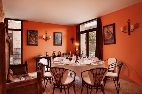 Un restaurante o sitio para comer en Hotel Mas de la Serra