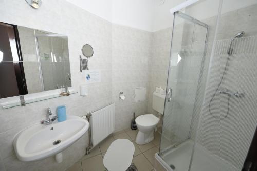 A bathroom at Mátyás Hotel