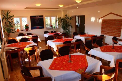Reštaurácia alebo iné gastronomické zariadenie v ubytovaní Chatisko