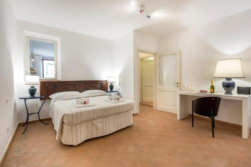 A bed or beds in a room at BBCHARME Sweet Home Tasso