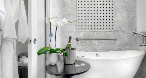 A bathroom at Best Western Plus Palm Court Hotel