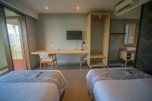 A bed or beds in a room at Padang-Padang Inn