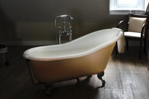 A bathroom at Gwesty'r Marine Hotel & Spa