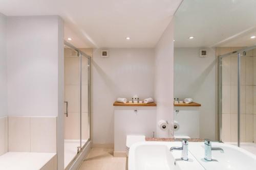 A bathroom at The Cornwall Hotel Spa & Lodges