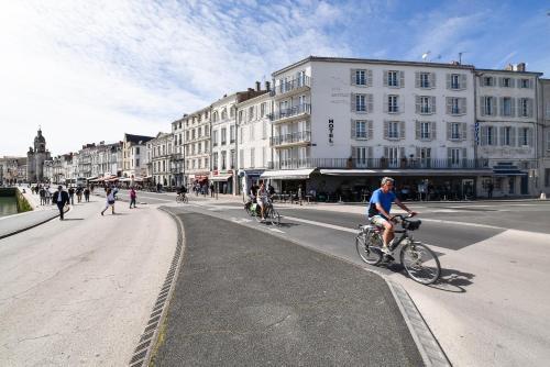 Vélo sur le terrain de l'établissement Hôtel Le Rupella ou dans les environs