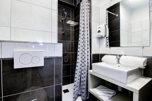 Salle de bains dans l'établissement Hôtel Le Rupella