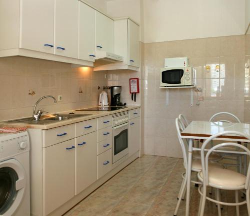 A kitchen or kitchenette at Apartamentos King's