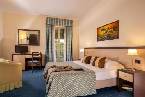 A bed or beds in a room at Resort La Rocchetta