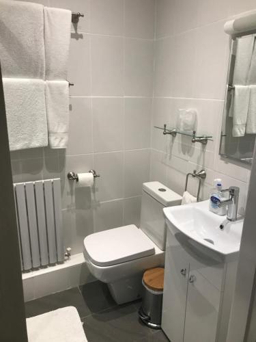 A bathroom at The Bulls Head