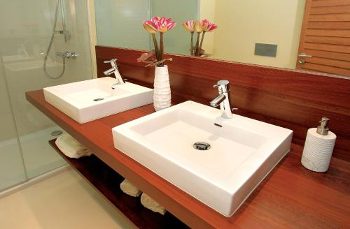 A bathroom at Amendoeira Golf Resort