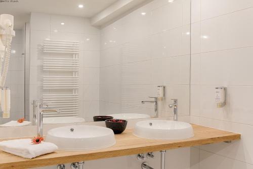 A bathroom at Mercure Hotel Raphael Wien
