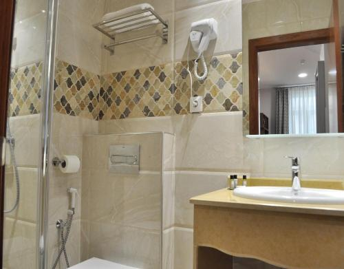 A bathroom at City Hotel Alger