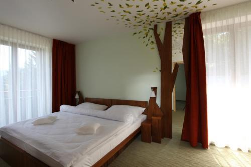 Postel nebo postele na pokoji v ubytování Beltine Forest Hotel