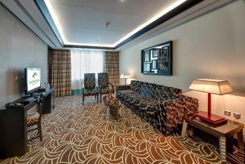 Χώρος καθιστικού στο Raintree Rolla Hotel