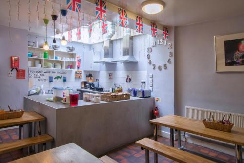 Una cocina o zona de cocina en Astor Museum Hostel