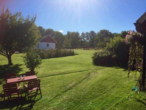 A garden outside Gånarps rum och Stuguthyrning