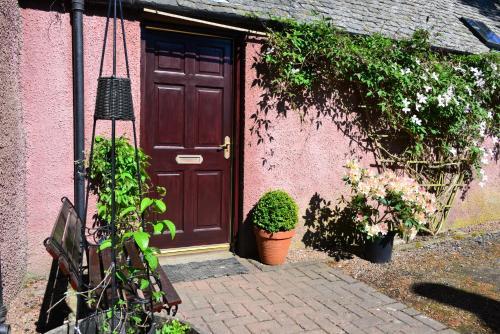The facade or entrance of Dalmaik Cottage Annex
