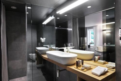 A bathroom at Vander Urbani Resort - a Member of Design Hotels