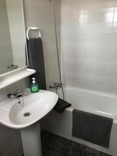A bathroom at Hostal El Violí