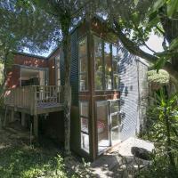 Ted's Cottage near Little Oneroa Beach by Waiheke Unlimited