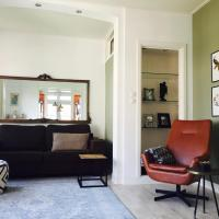 Tastefull double story 2 bedroom appartment/house, hotel in Haarlem