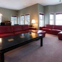 Vacation Homes by The Bulldog- Henk's Haven, hotel in Silver Star