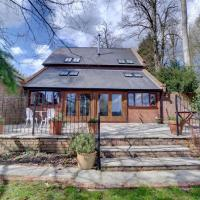 Unique Holiday Home in Hartfield Kent with Fireplace, hotel in Edenbridge
